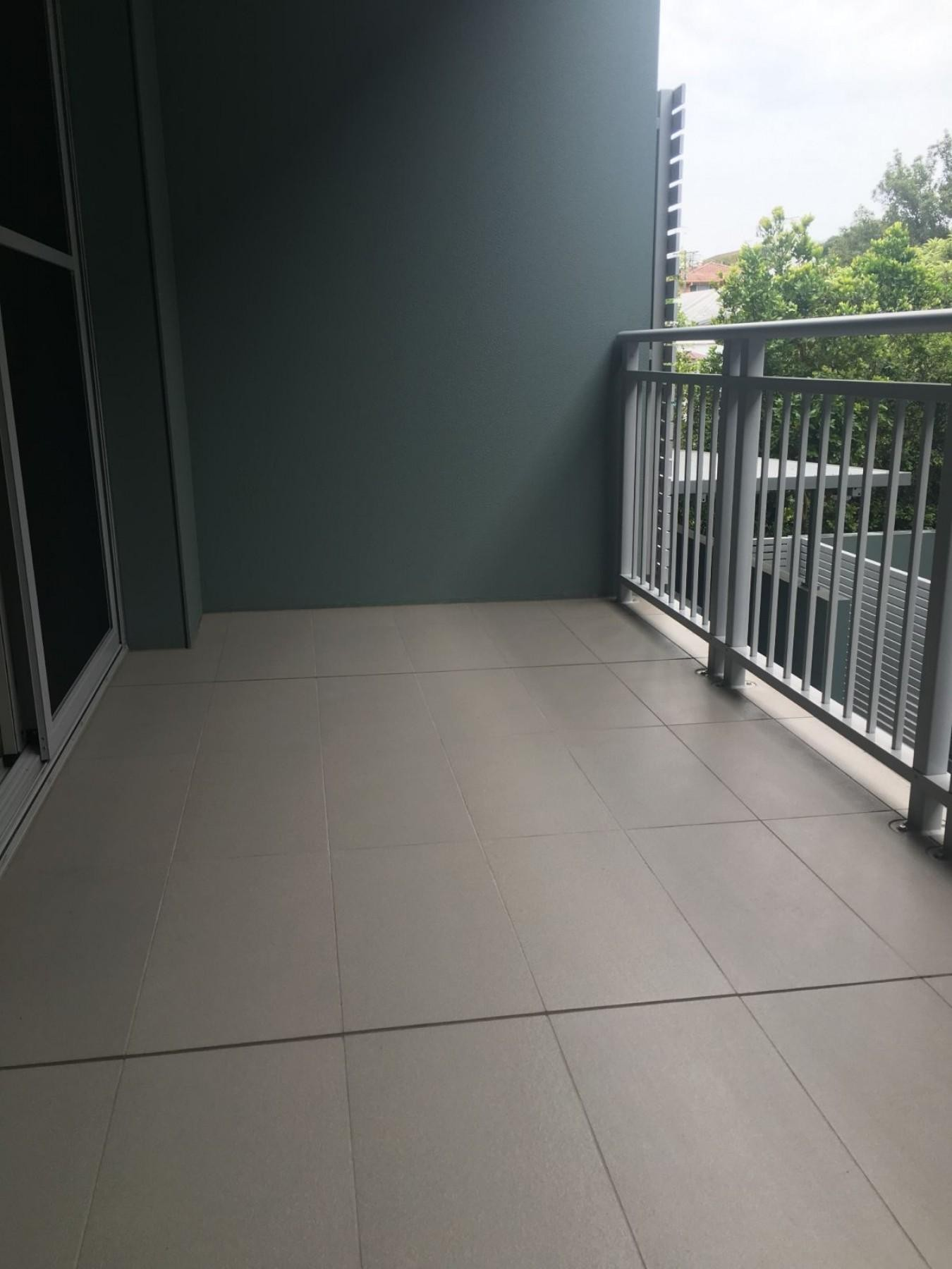 Modern 1 bedroom with balcony & secure car space